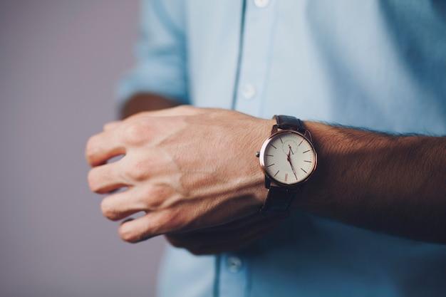 Homem com relógio