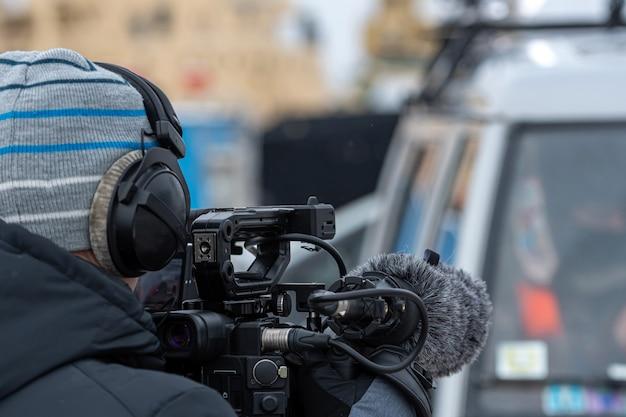 Homem com repórter de câmera de vídeo