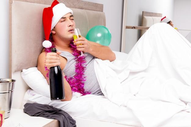 Homem com ressaca após a festa tardia