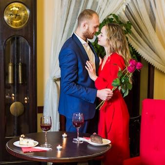 Homem, com, rosas, abraçando, mulher bonita, em, restaurante
