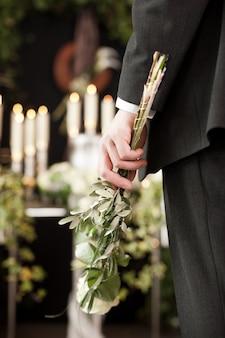 Homem com rosas brancas no funeral