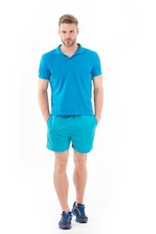 Homem com roupa ativa e tênis isolado no branco esportista de corpo inteiro apto e confiante