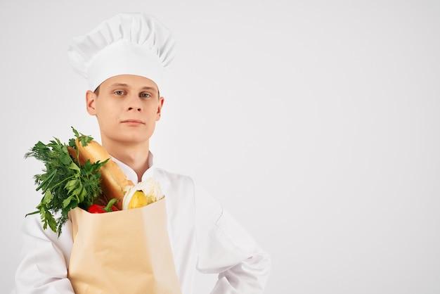 Homem com roupa de chefs pacote de comida comida saudável serviço de cozinha