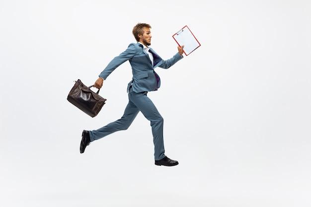 Homem com roupa de escritório correndo correndo em branco