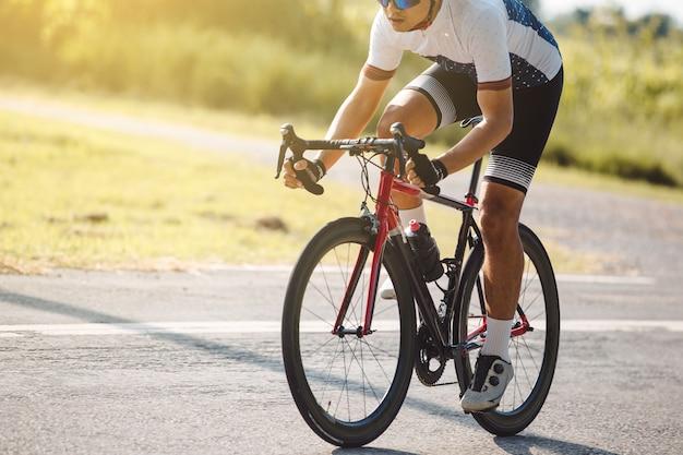 Homem com roupas de ciclista andando de bicicleta
