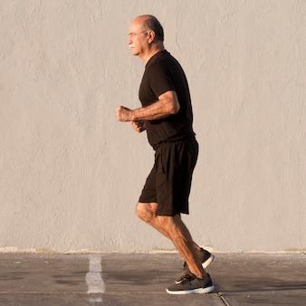 Homem com roupas de esporte correndo