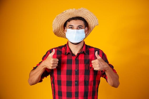 Homem com roupas típicas da famosa festa brasileira chamada