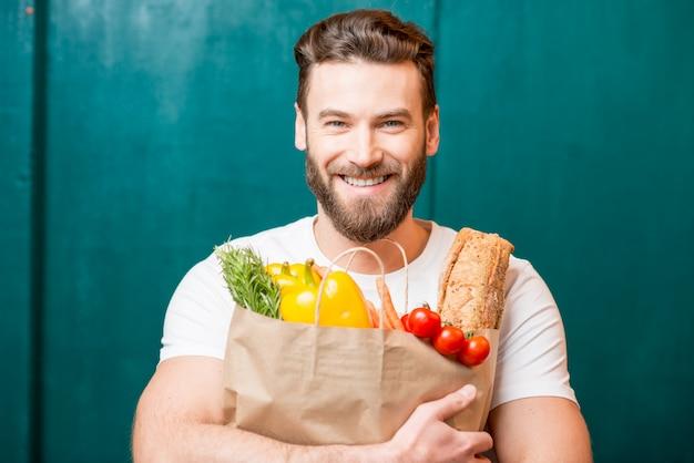 Homem com saco cheio de comida