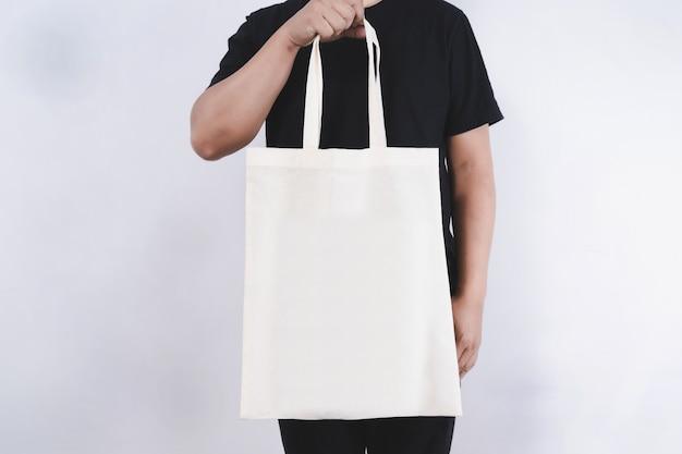 Homem com saco de algodão sacos de compras eco maquete