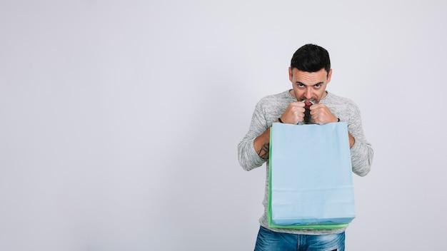 Homem com sacolas de compras