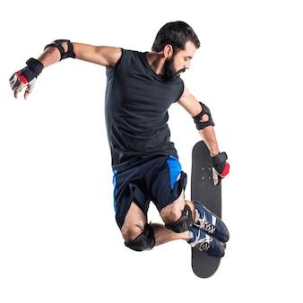 Homem com salto de skate