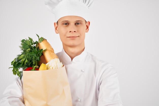 Homem com serviço de entrega de pacotes de mercearia no supermercado trabalho