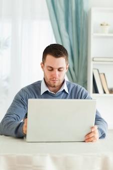Homem, com, seu, laptop, em, seu, homeoffice