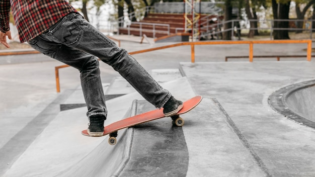 Homem com skate do lado de fora no parque