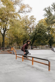 Homem com skate lá fora