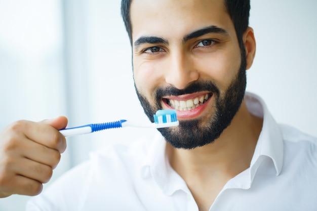 Homem com sorriso lindo