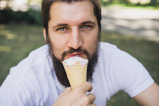 Homem com sorvete em um chifre de waffle