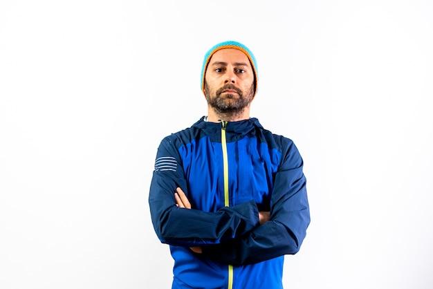 Homem com sportswear do inverno e chapéu isolado no branco.