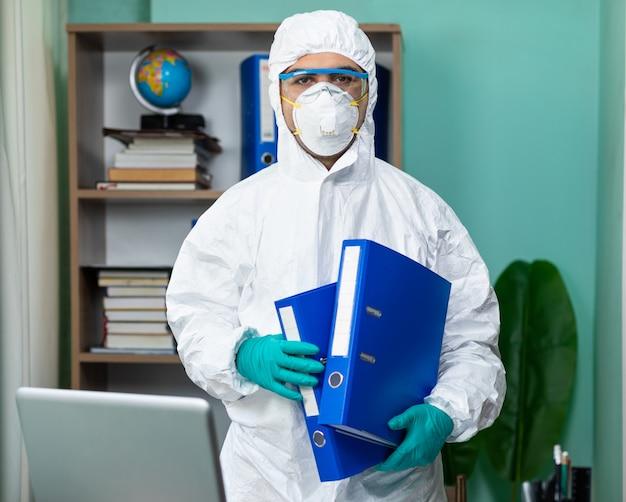 Homem com suíte especial branca segurando documentos no escritório