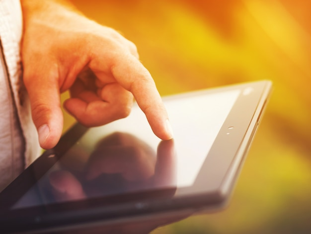 Homem com tablet digital ao ar livre