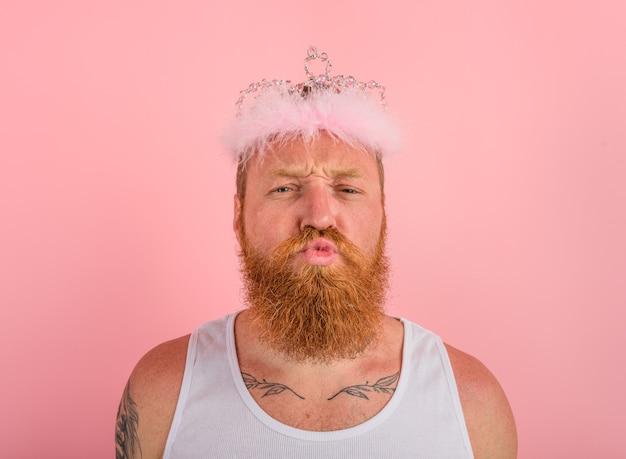 Homem com tatuagens de barba e coroa age como uma princesa