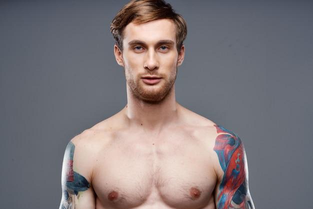 Homem com tatuagens nu torso fisiculturista retrato de telefone