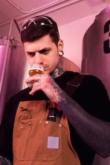 Homem, com, tatuagens, produzir, cervejas artesanais