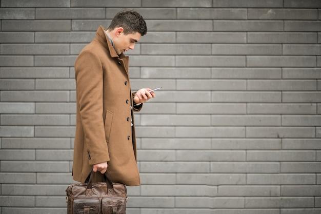 Homem com telefone fora