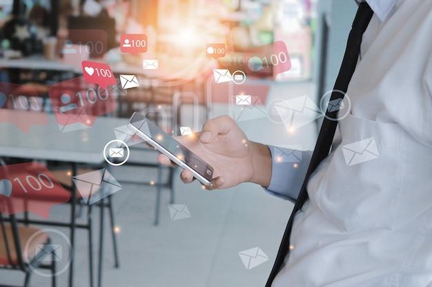 Homem com telefone móvel inteligente na conexão de rede de mídia social.