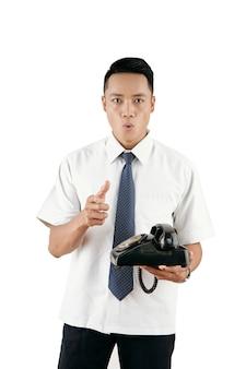Homem com telefone retro