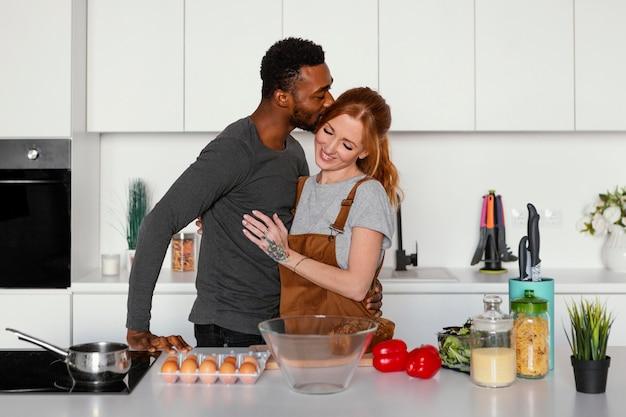 Homem com tiro médio beijando mulher na cabeça