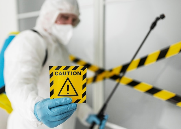 Homem com tiro médio embaçado segurando uma placa de advertência