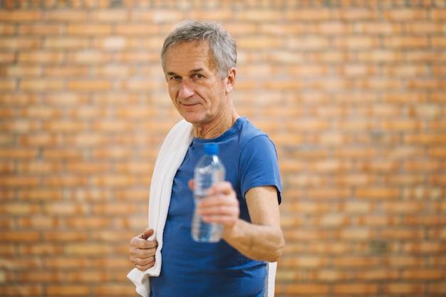Homem com toalha e água