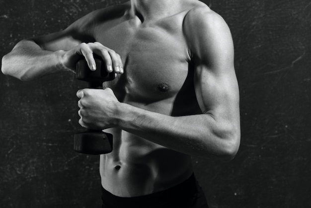 Homem com torso inflado com luvas, treino de musculação