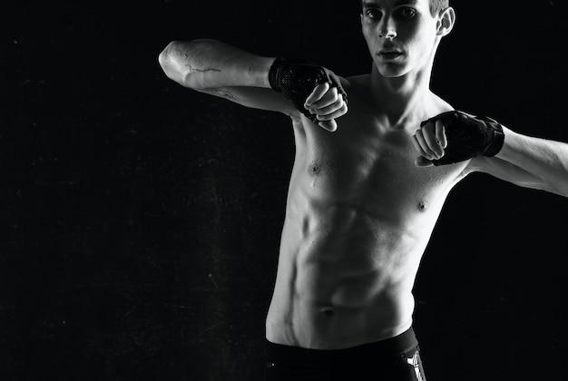 Homem com torso inflado, exercício, exercício, esporte, fundo escuro
