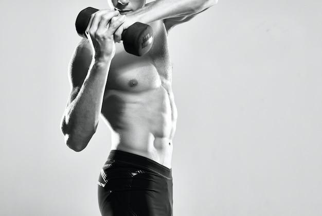 Homem com torso levantado, exercitando músculos, posando