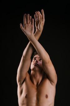 Homem, com, torso nu, cruzando braços, levantando cima