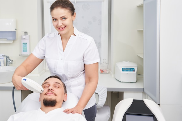 Homem com tratamento a laser na clínica de beleza