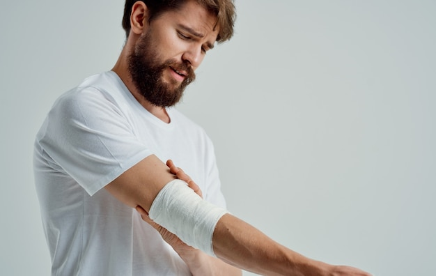 Homem com um braço ferido