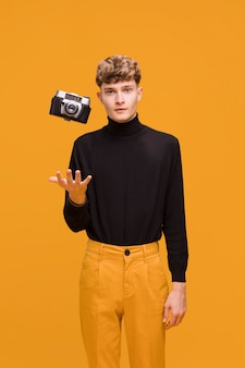 Homem, com, um, câmera, em, um, amarela, cena