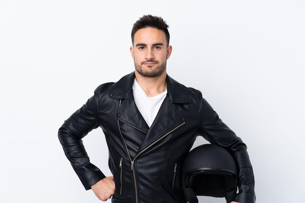 Homem com um capacete de moto com raiva