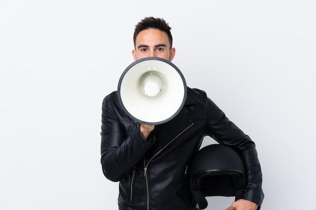 Homem com um capacete de moto gritando através de um megafone