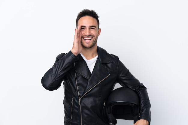 Homem com um capacete de moto, gritando e anunciando algo