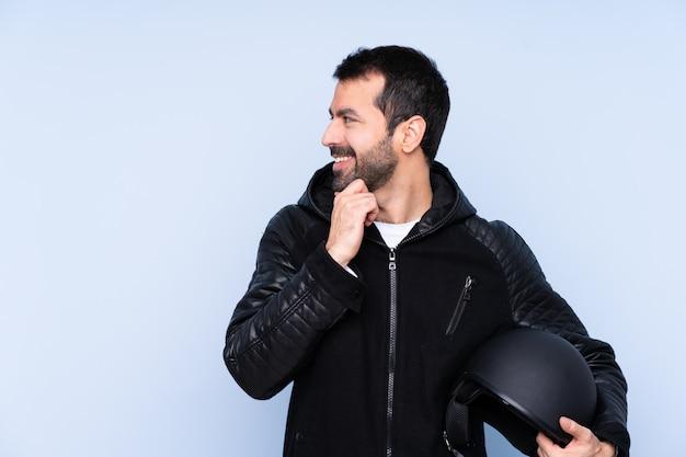 Homem com um capacete de moto, olhando para o lado