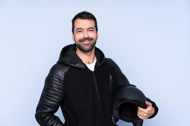 Homem com um capacete de moto rindo