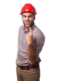 Homem com um capacete vermelho e um dedo levantado