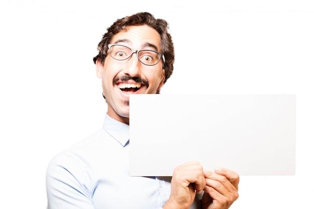 Homem com um cartaz e sorrindo