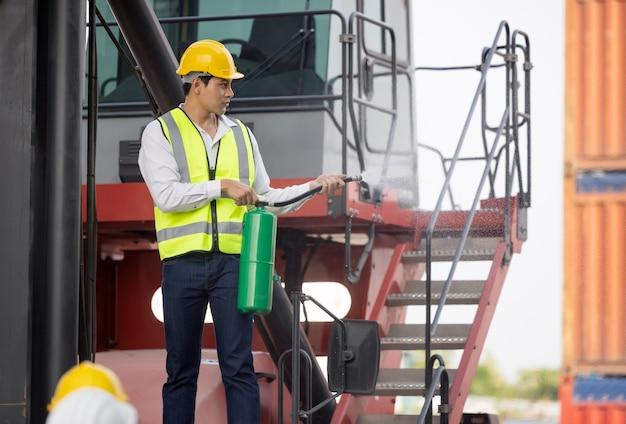 Homem com um extintor de incêndio treinando os trabalhadores da equipe