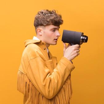 Homem, com, um, filmadora, em, um, amarela, cena Foto gratuita