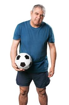 Homem com um futebol em suas mãos